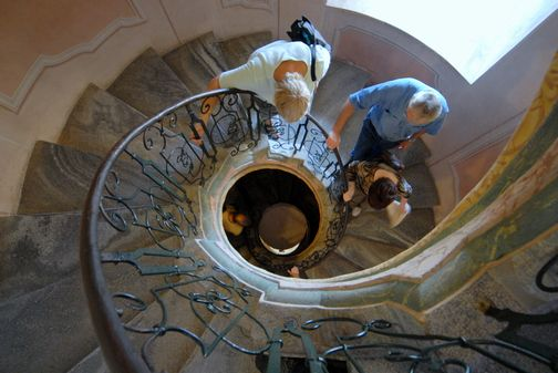 上から見ると下を歩いている人が良く見えます