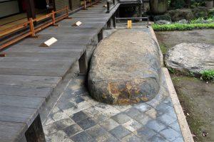 旧岩崎邸沓脱ぎ石