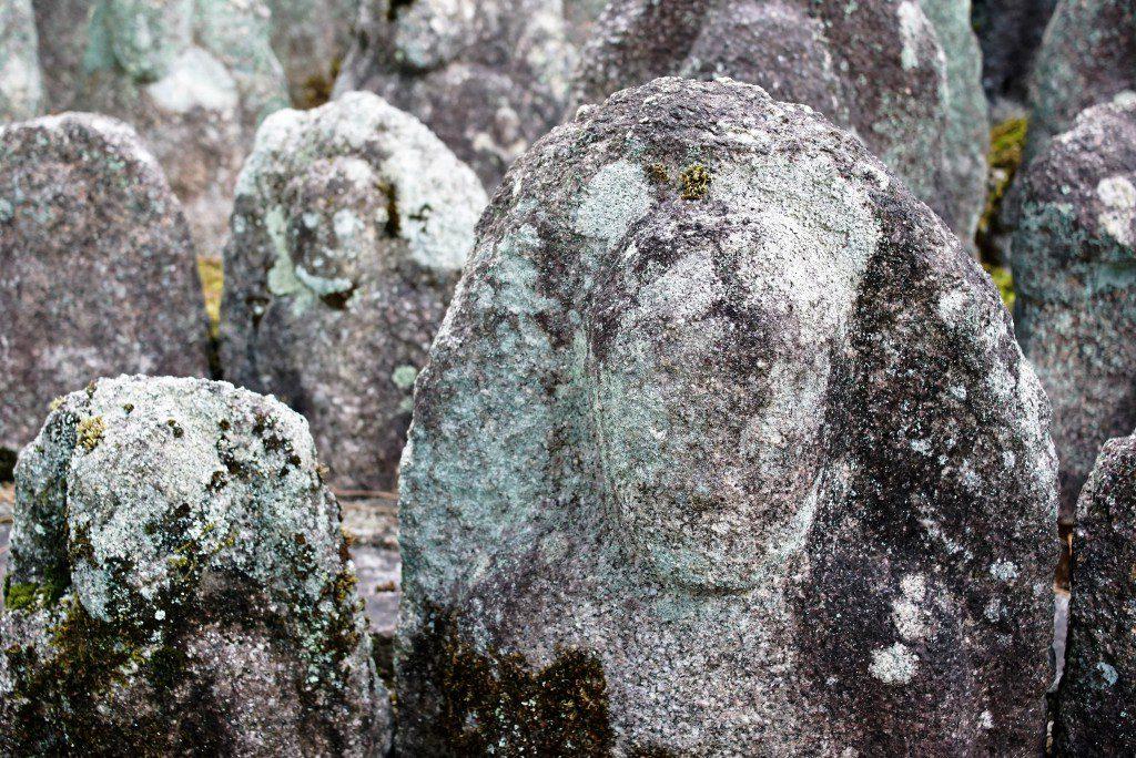 大徳寺 石仏 顔なし たくさん
